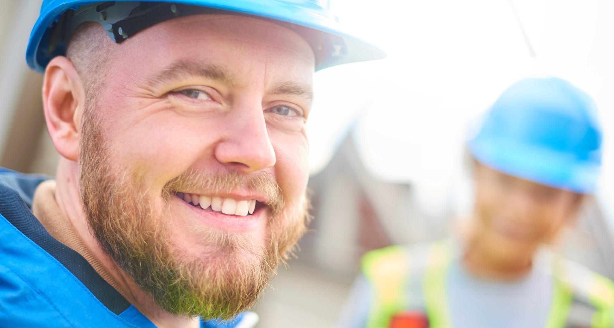 Bauingenieur lächelt in die Kamera